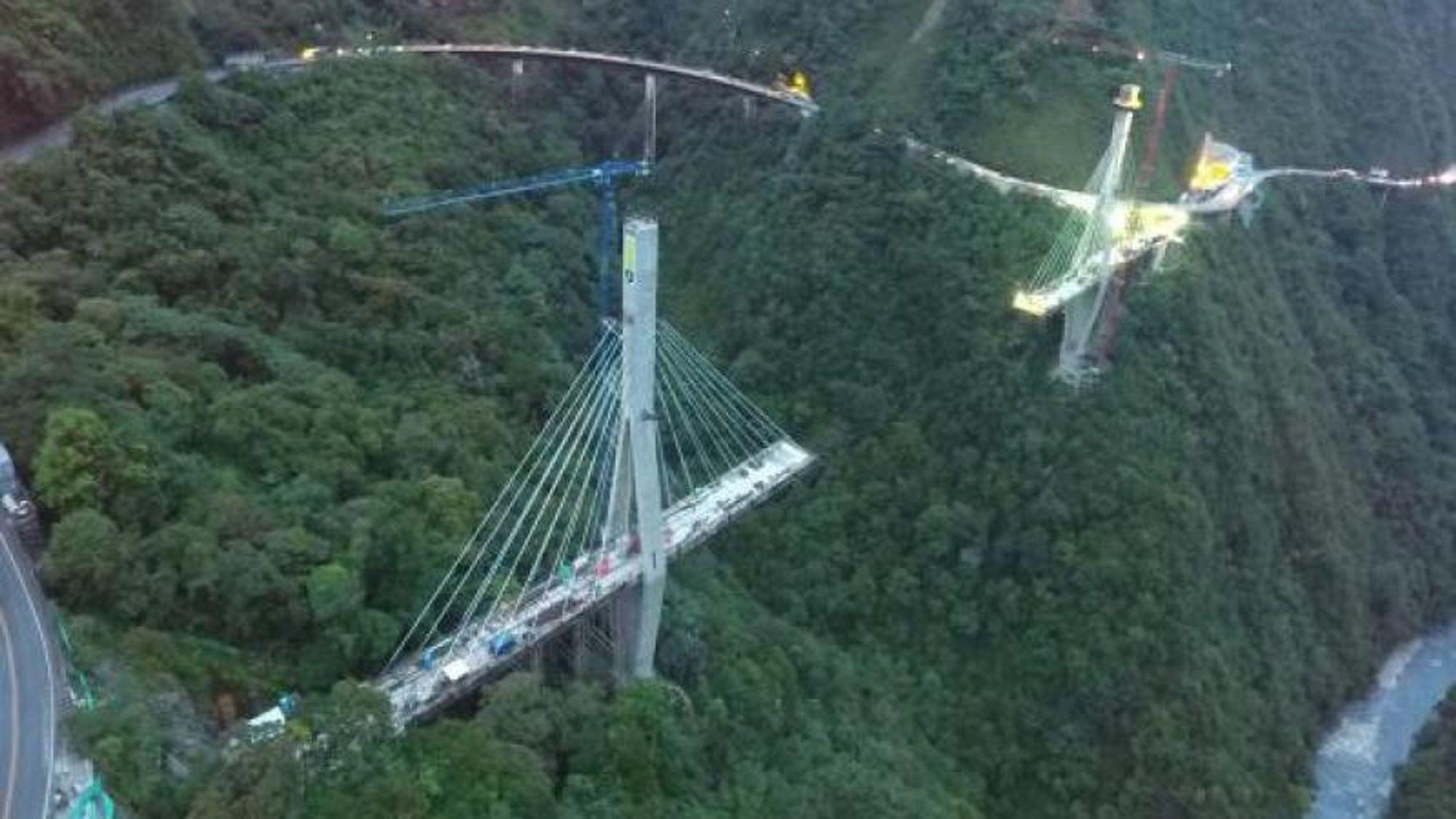 Den 15. januar 2018 kollapset det vestlige (nærmest på bildet) tårnet på skråstagbroen Puente Chirajara, som var under oppføring knappe 100 kilometer sør for Bogotá i Colombia. Broen var en del av et stort veiprosjekt mellom Bogotá og Villavicencio, og anbudet ble vunnet av selskapet Coviandes. Área Ingenieros Consultores sto for konstruksjonen, mens Gisaico var leid inn som entreprenør. En forundersøkelse av kollapsen indikerer at det kan ha manglet armering i spennbåndet mellom beina til tårnet.