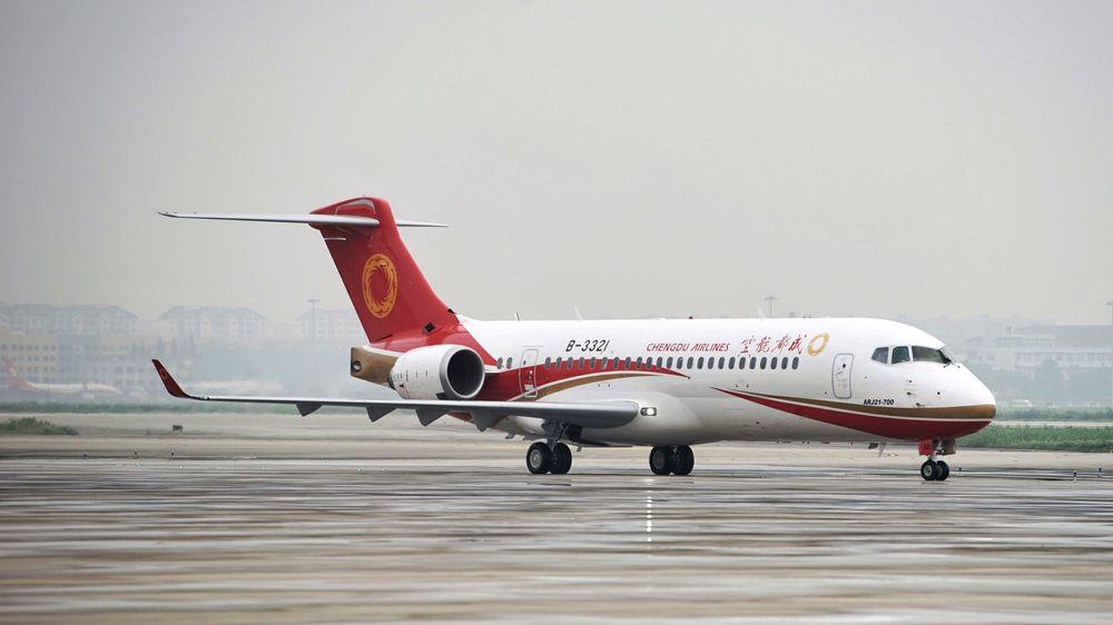Un ARJ21-700 de Chengdu Airlines después de aterrizar en Shanghai en el primer vuelo de pasajeros.  Ocurrió el 28 de junio de 2016.
