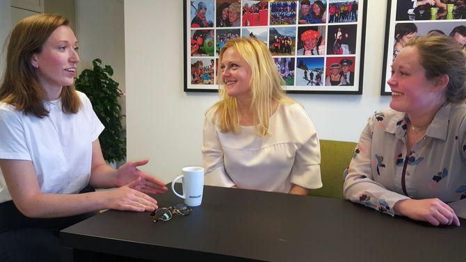 Mathilde Ørstavik, Kari Mette Toverud og Aurora Degnes snakker sammen. Foto.