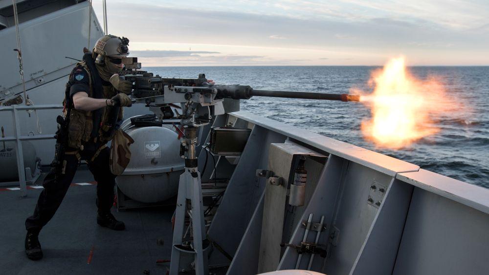 Artillerist ombord på fregatten KNM Roald Amundsen øver på 12,7mm mitraljøse under SNMG1 i 2017.
