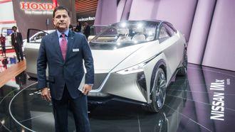 Nissan Nordic-sjef Robert Lujan foran Nissan-konseptet IMx Kuro.