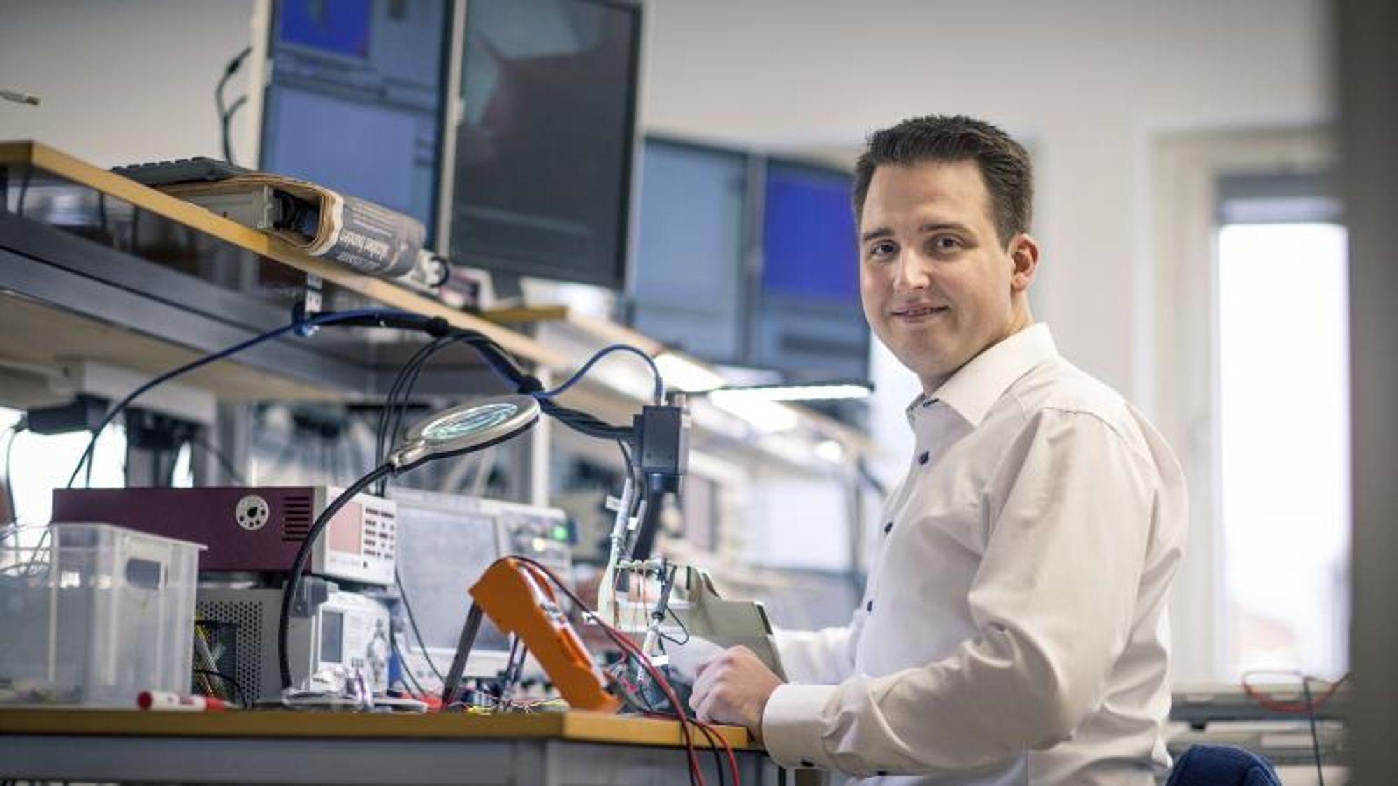 Strømforsyninger har stått sentralt i Mickey Madsens karriere. Først som kandidat- og ph.d.-student på DTU, og deretter som medstifter og adm. direktør i Nordic Power Converters, som utvikler strømforsyninger til blant annet belysningsindustrien.Foto: NPC