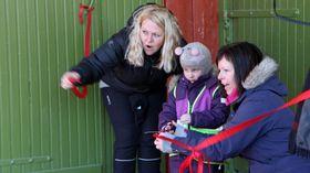 Barnehagedagen i Bodø. Kunstutstilling i fjøsen ved Nordland kultursenter. Wenche Høyforslett fra Fagforbundet og Karina Vertot fra Utdanningsforbundet.