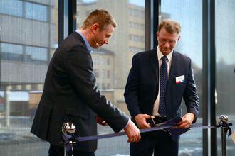Finansbyråd Robert Steen i Oslo kommune klipper snoren ved åpningen av IBMs innovasjonssenter i Oslo. IBMs administrerende direktør Arne Norheim til venstre.