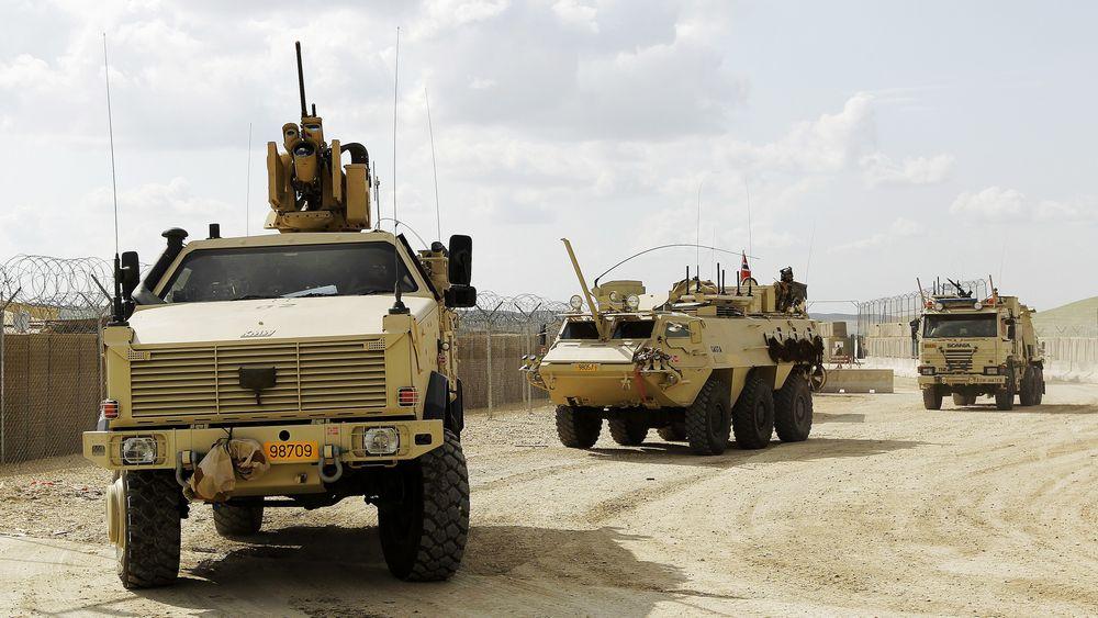 En Dingo II med RWS på taket, en SISU og en bergningsvogn fra taktisk transport tropp kjører ut av PRT leieren i Meymaneh, Afghanistan.
