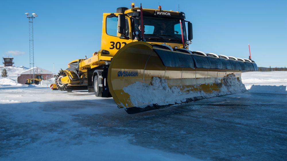 Dette skal, etter det Semcon kjenner til, være verdens første automatiserte brøytebil demonstrert på snø. Mandag fikk den prøve seg på Fagernes lufthavn.