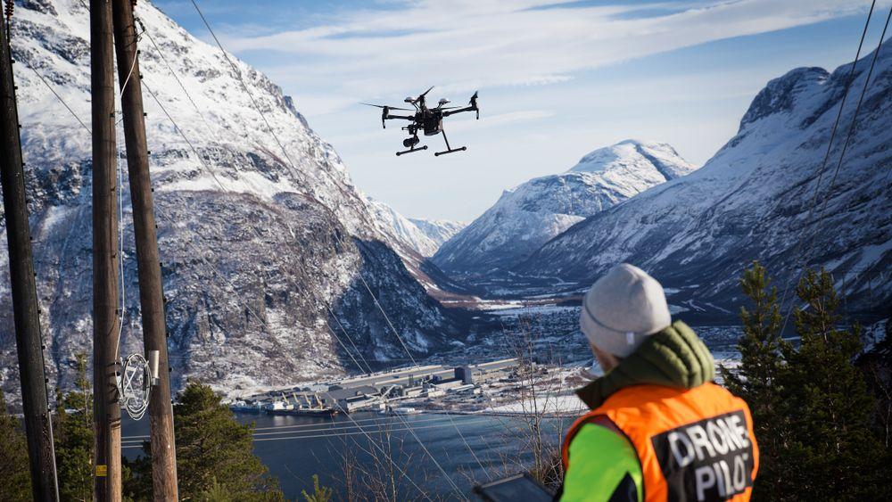 Dronepilot Thomas Negård demonstrerer en DJI-drone ved Viklandet transformatorstasjon hvor kraftlinjen går ned til Norsk Hydros store industrianlegg i Sunndalsøra.