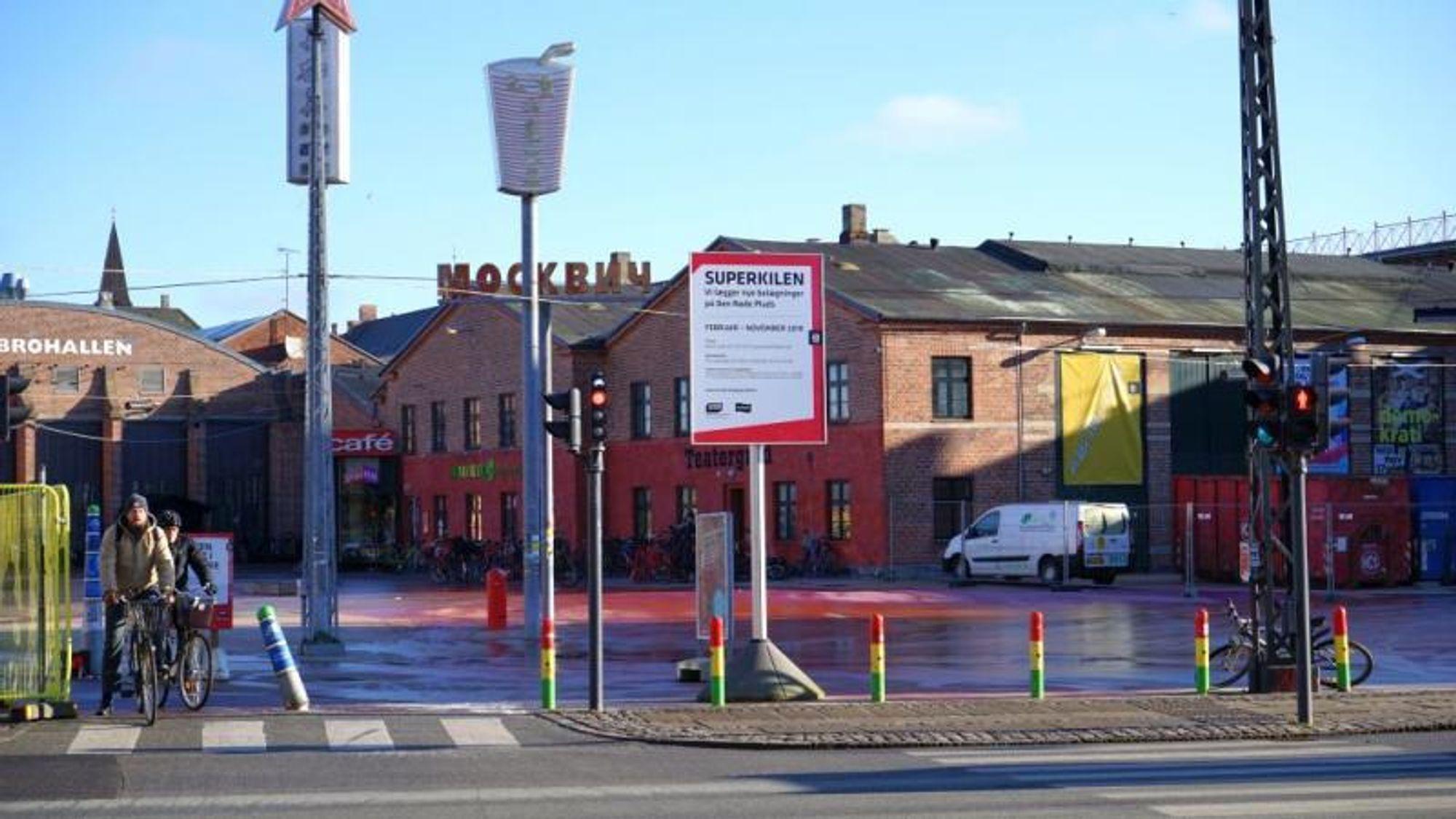 Københavns Kommune var nødt til å bytte ut trær og beplantning på Den Røde Plads, fordi det glatte underlaget ble saltet, og det salte overflatevannet rant ned i bedene og fikk trærne til å dø.