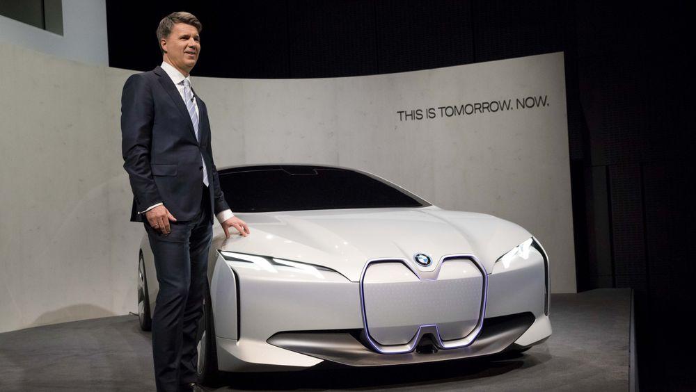 BMW-sjef Harald Krüger sammen med Vision Dynamics-konseptet på en pressekonferanse onsdag.