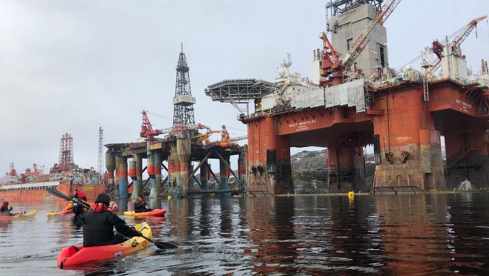 To aktivister fra Greenpeace har bordet riggen West Hercules, som skal til Barentshavet på oppdrag for Statoil.