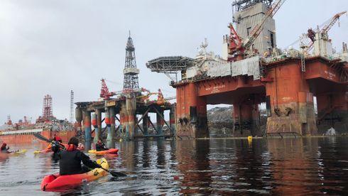 Her går Greenpeace-aktivister til aksjon mot Statoil-rigg som skal til Barentshavet