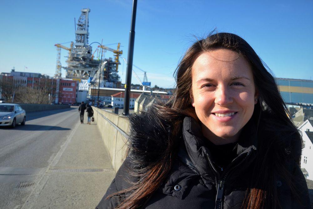 Med to bachelorgrader håper Christine Kleivedal Sørheim at hun stiller sterkere i konkurransen om jobber offshore. I bakgrunnen boreplattformen til Johan Sverdrup-feltet som Aibel bygger i Haugesund.