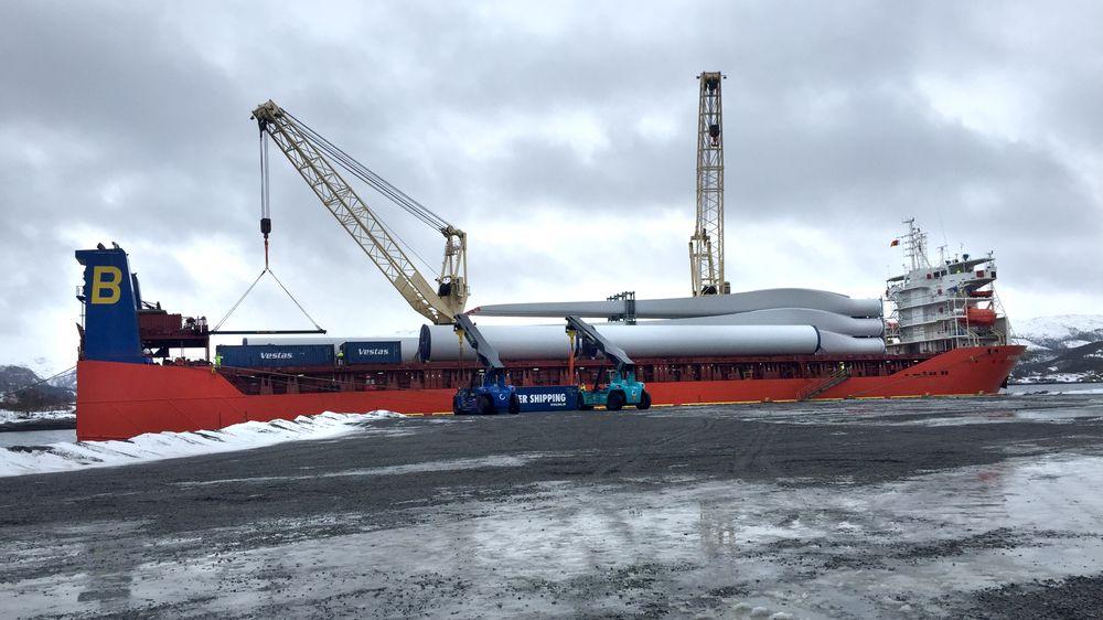Første skip med komponenter til Roan vindpark ved Monstad kai på Fosen.