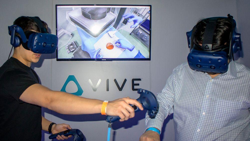 Den profesjonelle bruken av VR og AR vokser raskt slik som i denen programvaren hvor helsepersonell lærer å sette inn stent i pasienter.  Alt blodet er virtuelt.