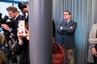 Politisk rådgiver for Sylvi Listhaug, Espen Teigen er tilstede under pressekonferansen da Listhaug trakk seg.