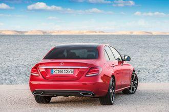 Klimabil?: Mercedes E 220 D er ifølge ADACs rapport et bedre valg med tanke på CO2-utslipp enn en Tesla Model X. Dette ifølge en livsløpsanalyse.