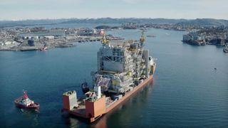 Se problem-plattformen seile inn fjorden til Stavanger - over to år forsinket