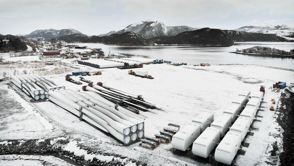De første skipslastene med turbindeler er nå klare for transport til Roan-feltet. I midten av bildet sees de tre første trailertransportene med turbinblader.