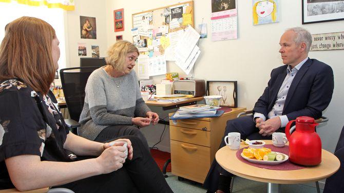 Kunnskaps- og integreringsminister Jan Tore Sanner på besøk i Regnbuen barnehage i Bodø.