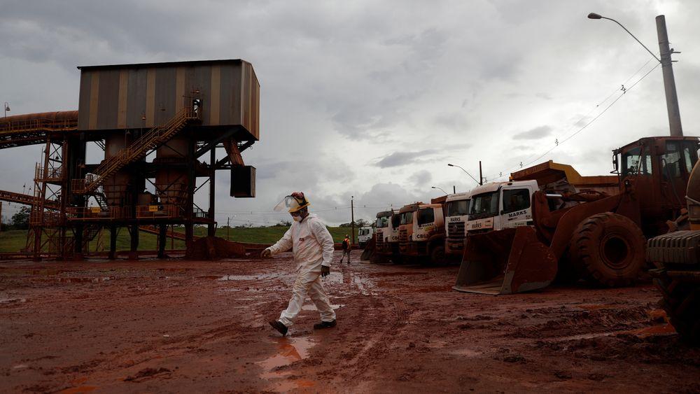 En arbeider går gjennom et avstengt område som er en del av DRS2-bauxitt-avfallslageret til Hydro Alunorte i Brasil.