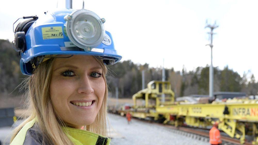 Emilie Aas Enger var 27 år gammel og fersk sivilingeniør da Bane Nor håndplukket henne til jobben som prosjekteringsleder for jernbaneteknikk på Vestfoldbanen.