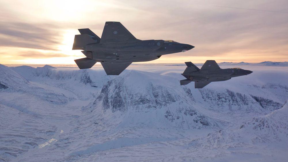 Også de norske F-35A-flyene, her over Rondane i desember, er rammet av produksjonsfeilen som ble oppdaget i fjor. Nå forhandles det om hvem som skal betale for reparasjonene.