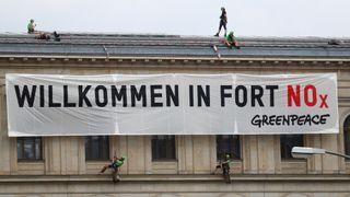Greenpeace-aktivister fester et banner med teksten «Velkommen til fort NOx» på det tyske føderale transportdepartementets bygning i Berlin i august i fjor.