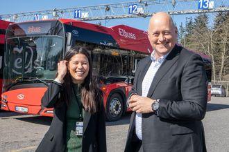 Miljøbyråd Lan Marie Berg er fornøyd med Ruters store satsing på elbusser og adm. dir. i Unibus, Øystein Svendsen, gleder seg over ha fått den støste kakebiten.