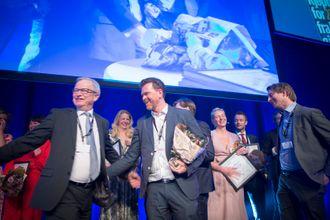 Juryleder Bernt Olufsen i SKUP - her når han deler ut SKUP-prisen til DN.