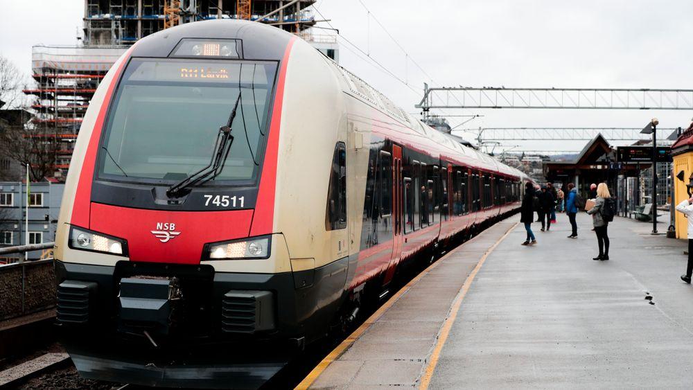 Tog til Larvik på Skøyen stasjon utenfor Oslo.