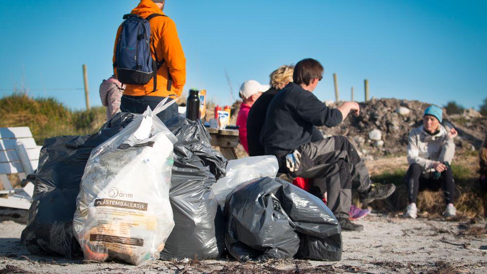Plastsøppel på en strand. Foto: Børge Sandnes/Colourbox
