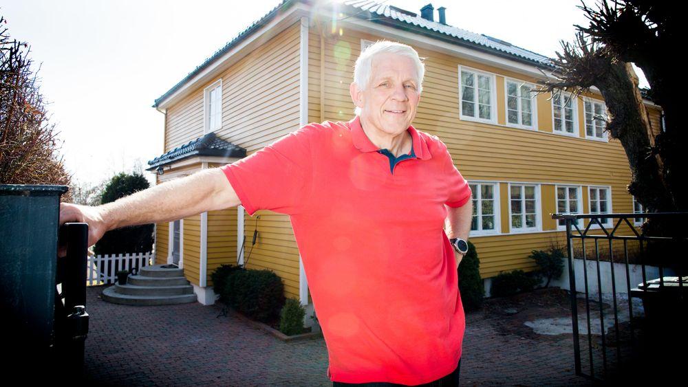 Odd Richard Valmot foran huset sitt, som hadde altfor høye radonverdier.