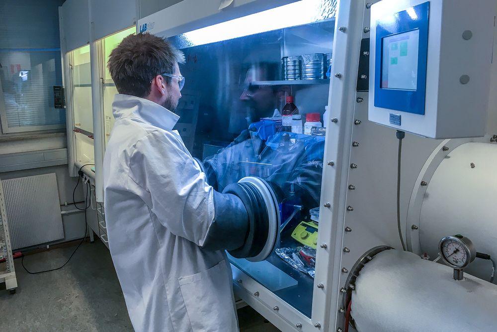 Kan bli spiren til ny norsk storindustri: Seniorforsker i Graphene Batteries AS, dr. Carl Erik Lie Foss, setter sammen knappceller basert på litium-svovelteknologi for å teste de elektrokjemiske egenskapene og hvor mange sykler de tåler.