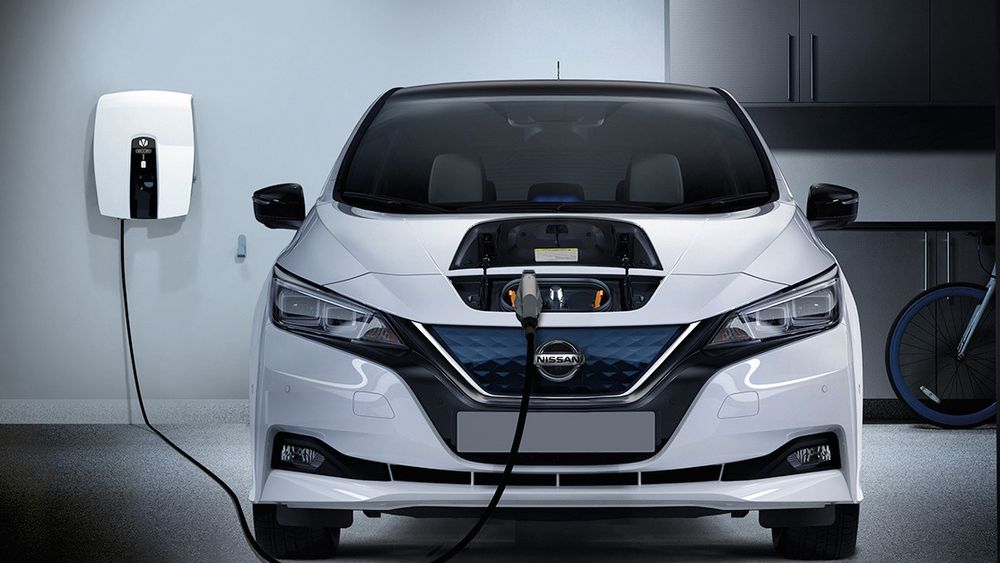 De fleste elbileiere lader bilen hjemme, og de gjør det om ettermiddagen når resten av strømforbruket er på topp. Bildet viser en toveis Chademo-lader for hjemmebruk.