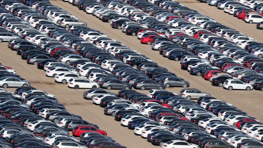 Gjenkjøpte dieselbiler stuet vekk på en «gravplass» i en ørken i California. Volkswagen har kjøpt tilbake 350.000 biler fra amerikanske kunder.