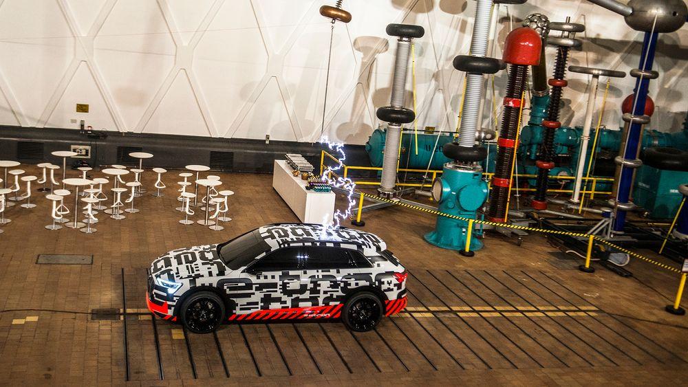 Slik så det ut da Audi skulle demonstrere ladehastigheten til Audi e-tron ved hjelp av elektrisk spenning på Siemens høyspenningsanlegg i Berlin.