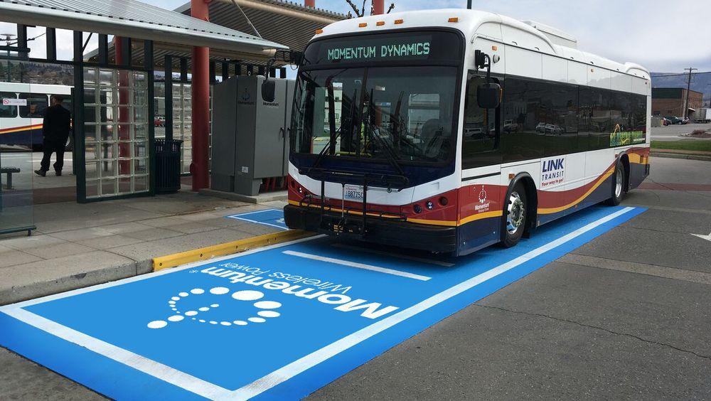 En 200 kW trådløs lader integrert i asfalten ved ett av Link Transits busstopp.