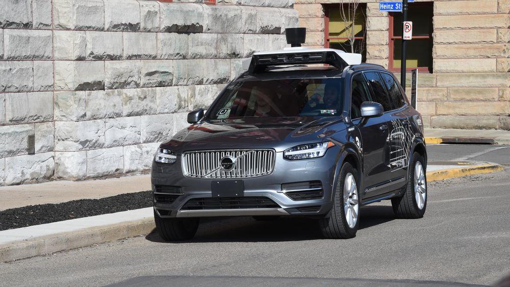 En kvinne mistet livet da hun ble påkjørt av en selvkjørende Volvo XC90 fra Uber i Arizona, USA, tidligere i år.