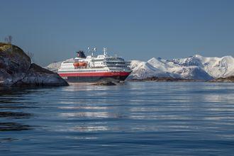 Hurtigruten har intensjonsavtale med Rolls-Royce for LNG-motorer og batterihybrid framdriftssystem til seks skip med opsjon på ytterligere tre. Skipene skal være ombygget innen 2021 når skipene skal inn på ny kontrakt for Kystruten Bergen-Kirkenes.