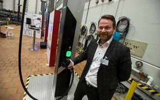 Alexander Claus i Audi AG demonstrerer en hurtiglader fra Ionity.