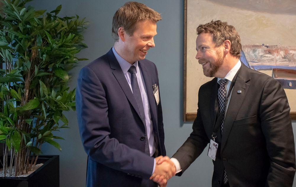 Airthings-sjef Øyvind Birkenes blir gratulert av næringsminister Torbjørn Røe Isaksen for selskapets rolle som innovatør og eksportør av ny norsk teknologi.