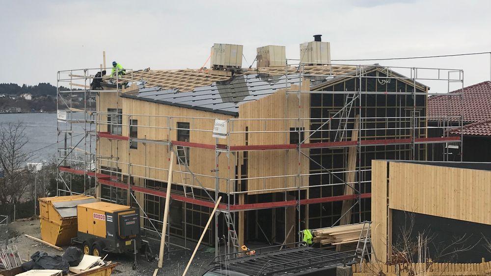 Her legges solcelletaksteinen på taket. Taksteinen vil produsere hele husets strømbehov.