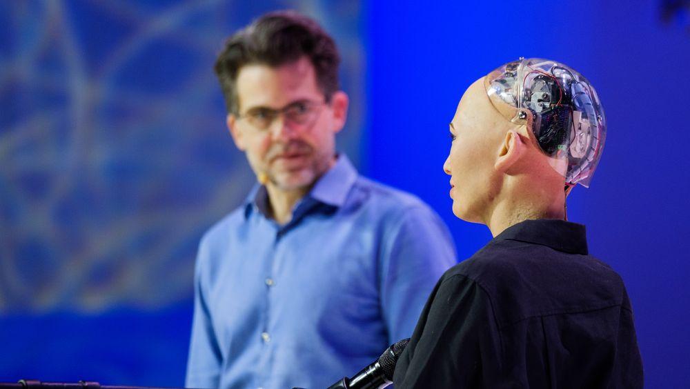 Humanoiden Sophia og skaper David Hanson i Hanson Robotics på en konferanse i Moskva høsten 2017.