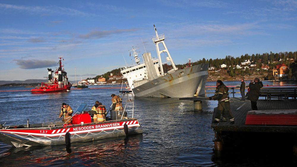 """Nesodden, Fagerstrand: Sementlasteskipet """"Crete Cement"""" var på vei fra Brevig til Slemmestad i Røyken, hvor det skulle losse lasten på 5000 tonn sement da grunnstøtingen inntraff. Sementskipet seiler nå under navnet MV Nordanvik."""