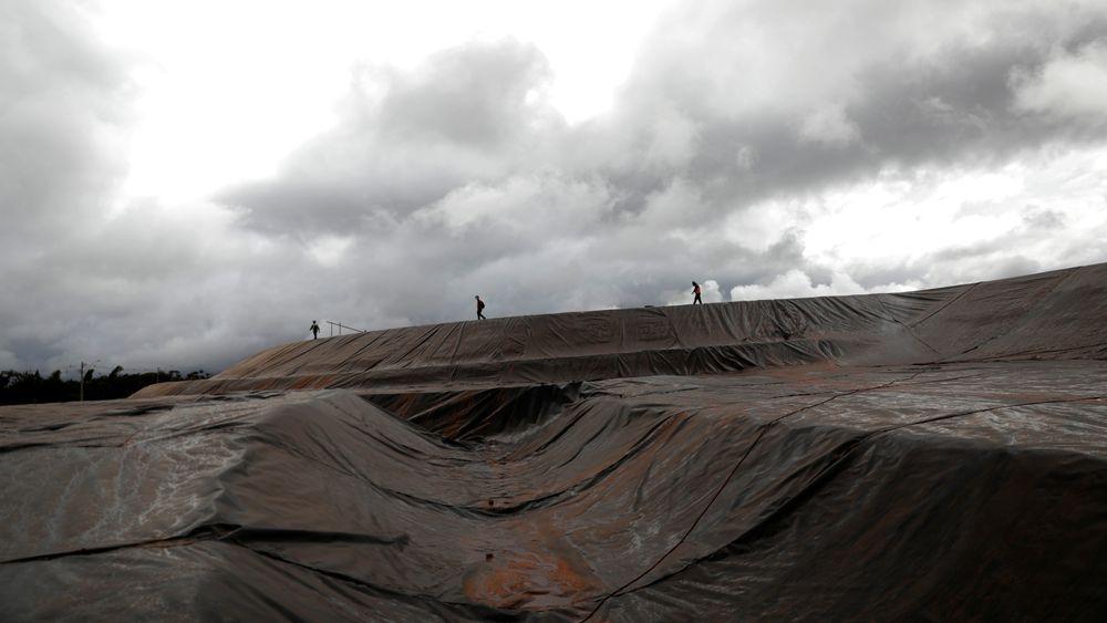 Forrige uke ble 80 Hydro-ansatte permittert ved bauksittgruva Paragominas i Brasil, men krisen kan bli langvarig, og selskapet varsler ytterligere kutt. Her undersøker inspektører drenasjeanlegget til bauxitt-deponiet til Alunorte-anlegget i Brasil.
