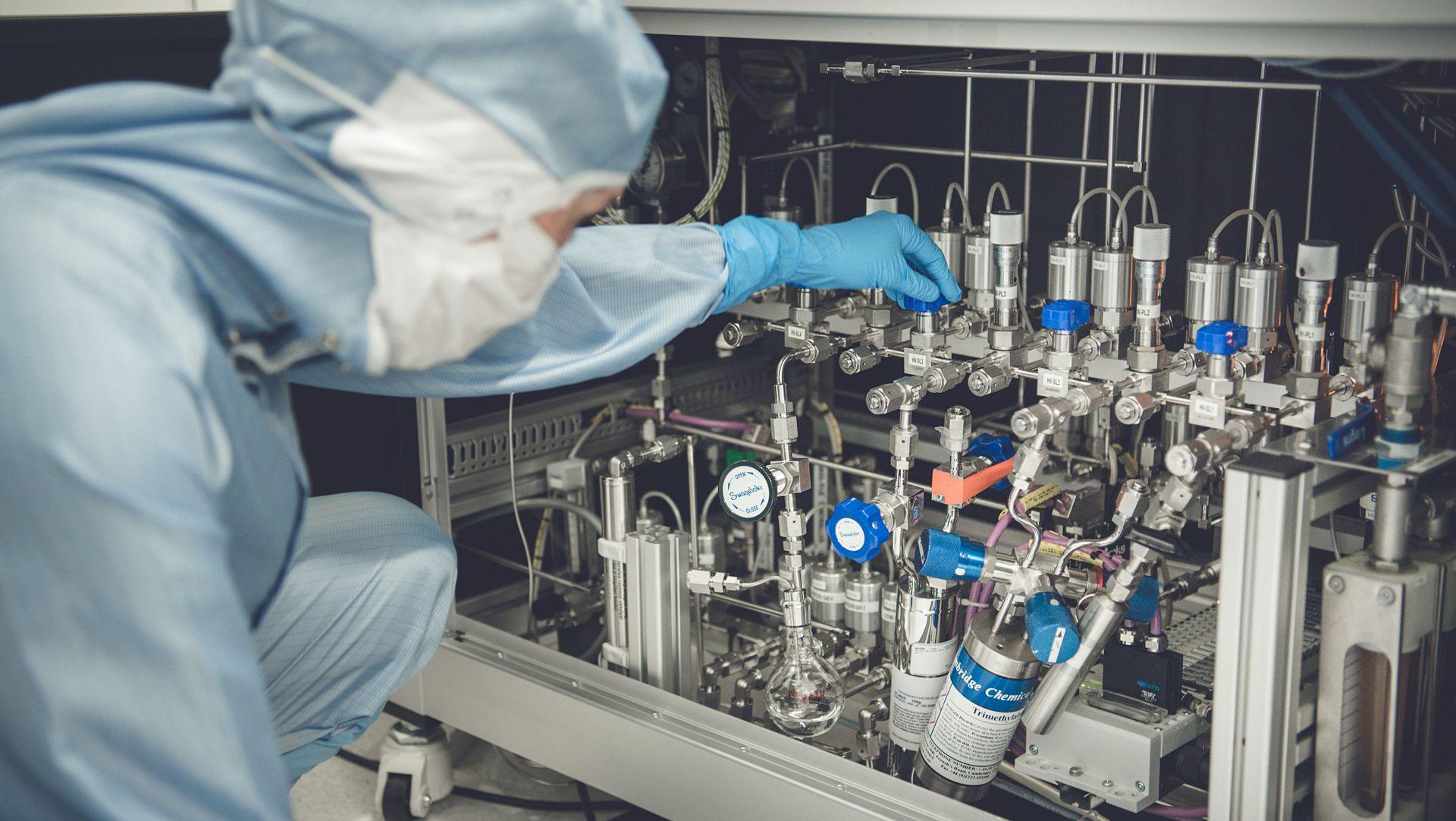 Torunn Kjeldstad forsker på solcelleteknologi, her fra laboratorium ved Universitetet i Oslo.