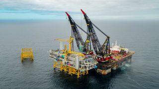Her løftes den første Sverdrup-plattformen på plass i Nordsjøen