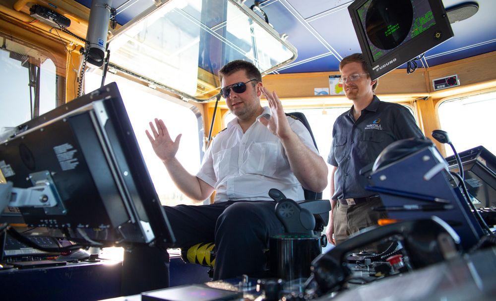 Kapteinen kan slippe hendlene og la autodokkingsystemet legge MF Folegoonn til kai.