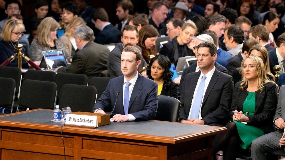Manipulere: Det store spørsmålet er om Facebookprofiler kan brukes til å manipulere valg. Her Facebook-gründer Mark Zuckerberg som vitner overfor Senatet i USA.