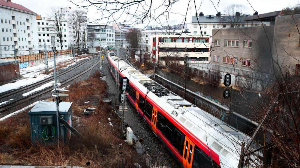 Jernbanedirektorathar sendt ut et forslag ut på høring hvor de går inn for å utsette intercity-utbyggingen til flere sentrale byer på Østlandet med flere år. Her forlater tog forlater Skøyen stasjon.